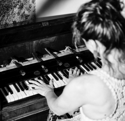 Catriona plays harmonium, photo by Kris Kesiak